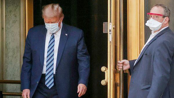 Tổng thống Mỹ Donald Trump rời khỏi Trung tâm Quân y Quốc gia Walter Reed  - Sputnik Việt Nam