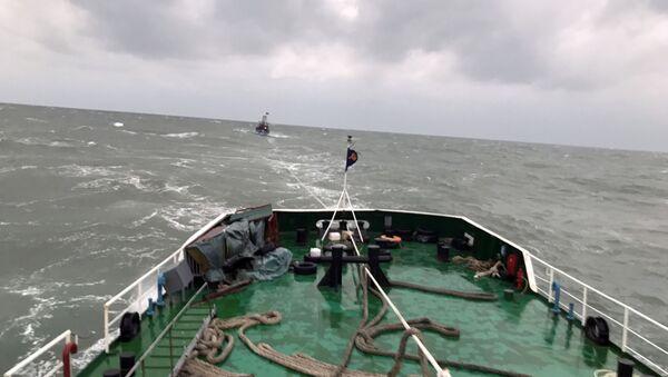 Tàu CSB 8003 lai kéo tàu cá NA 93248 TS về cảng Cửa Lò. - Sputnik Việt Nam