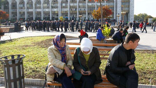 Chụp ảnh trước đoàn xe bọc thép ở Bishkek. - Sputnik Việt Nam
