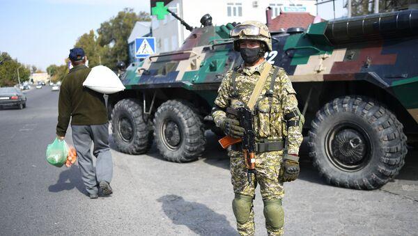 Một người lính của Lực lượng vũ trang Kyrgyzstan tại một trạm kiểm soát ở Bishkek, Kyrgyzstan. - Sputnik Việt Nam