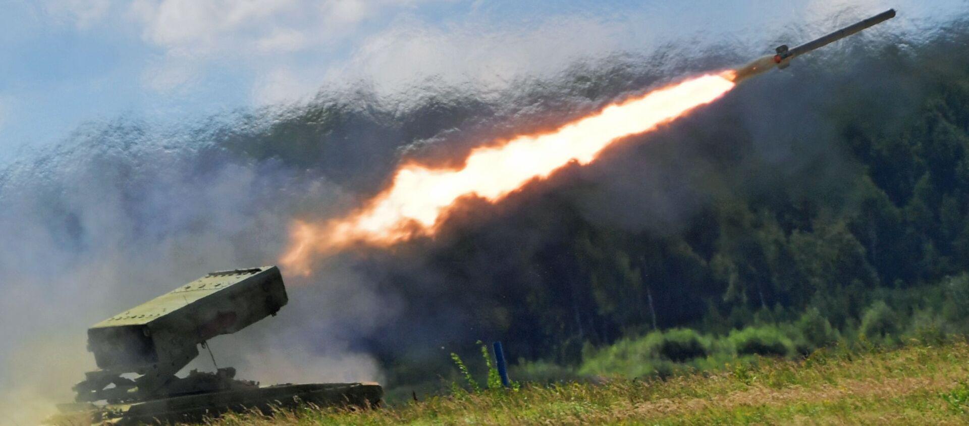 Hệ thống phun lửa phóng loạt hạng nặng dựa trên khung gầm xe tăng T-72 TOS-1a Solntsepek. - Sputnik Việt Nam, 1920, 12.10.2020
