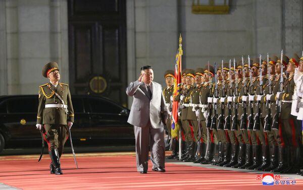 Nhà lãnh đạo CHDCND Triều Tiên Kim Jong-un tại lễ duyệt binh kỷ niệm 75 năm thành lập Đảng Lao động Triều Tiên. - Sputnik Việt Nam