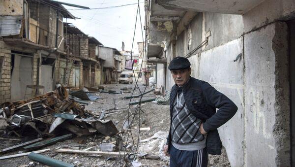 Một người đàn ông trên một con phố bị phá hủy ở thành phố Stepanakert, người đã bị bắn - Sputnik Việt Nam