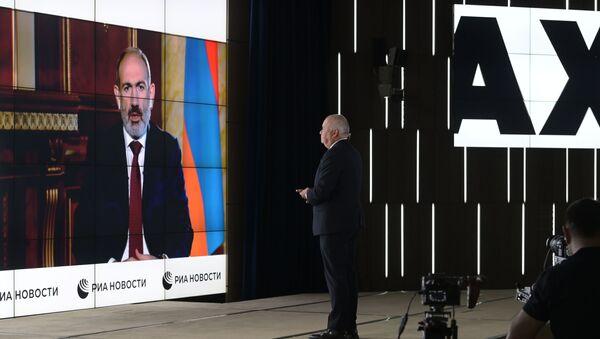 Tổng giám đốc MIA Rossiya Segodnya Dmitry Kiselev phỏng vấn Thủ tướng Armenia Nikol Pashinyan qua cầu truyền hình - Sputnik Việt Nam