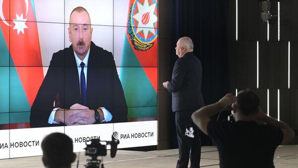 Tổng giám đốc MIA Rossiya Segodnya Dmitry Kiselev phỏng vấn Tổng thống Azerbaijan Ilham Aliyev qua cầu truyền hình - Sputnik Việt Nam