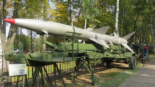 Tên lửa của hệ thống phòng không S-75 «Dvina» trên rơ-mooc xe tải - Sputnik Việt Nam