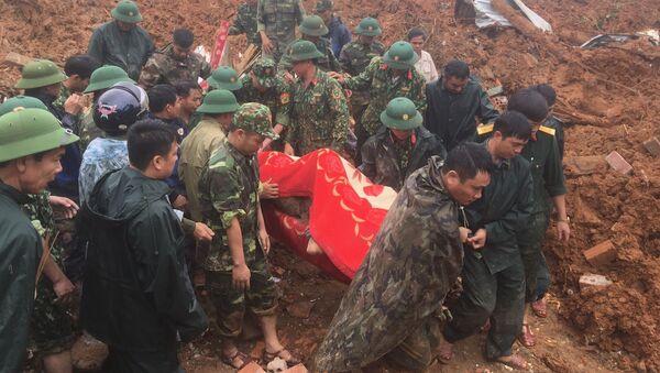 Các lực lượng đưa thi thể người bị nạn ra bên ngoài - Sputnik Việt Nam
