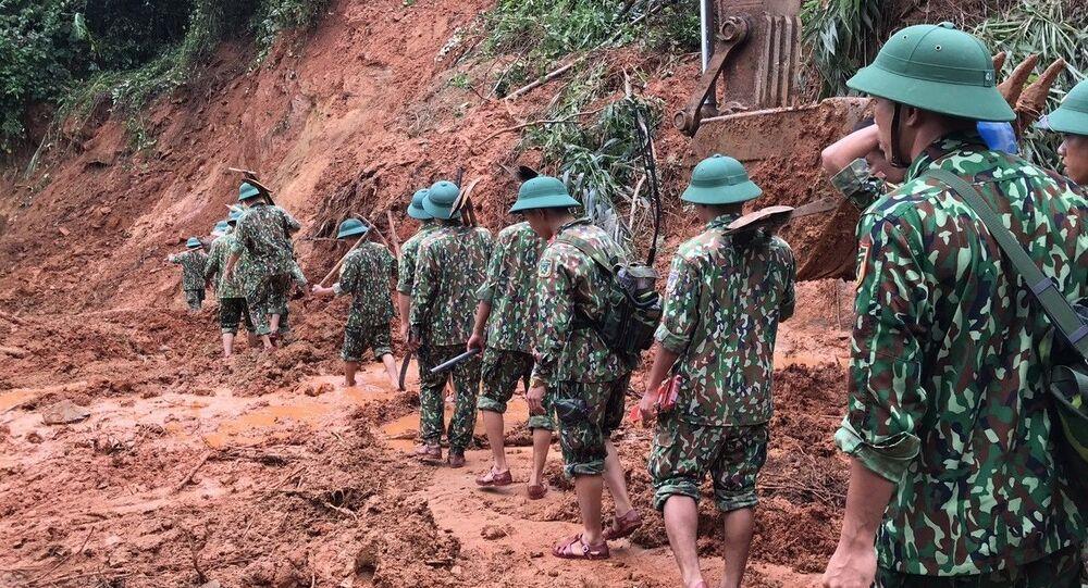 Lực lượng cứu hộ, cứu nạn hành quân tới hiện trường vụ sạt lở trong điều kiện vô cùng khó khăn do đường giao thông có nhiều điểm bị sạt lở nghiêm trọng