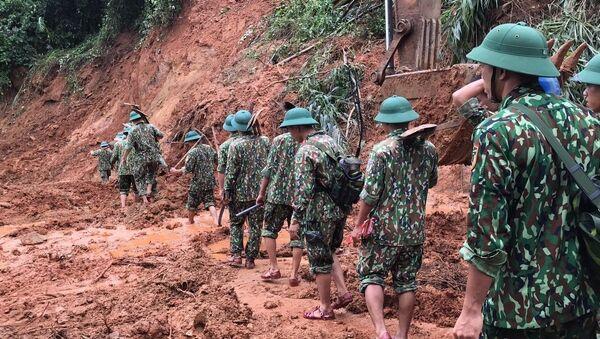 Lực lượng cứu hộ, cứu nạn hành quân tới hiện trường vụ sạt lở trong điều kiện vô cùng khó khăn do đường giao thông có nhiều điểm bị sạt lở nghiêm trọng - Sputnik Việt Nam