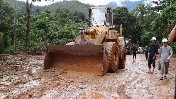 Xe múc, xe ủi đang tích cực dọn dẹp khu vực sạt lở - Sputnik Việt Nam