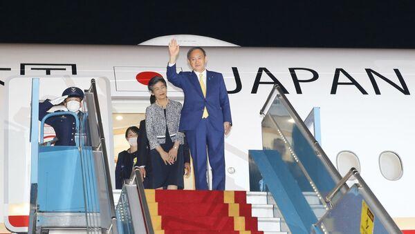 Thủ tướng Nhật Bản Suga Yoshihide và Phu nhân đến sân bay quốc tế Nội Bài (Hà Nội) - Sputnik Việt Nam