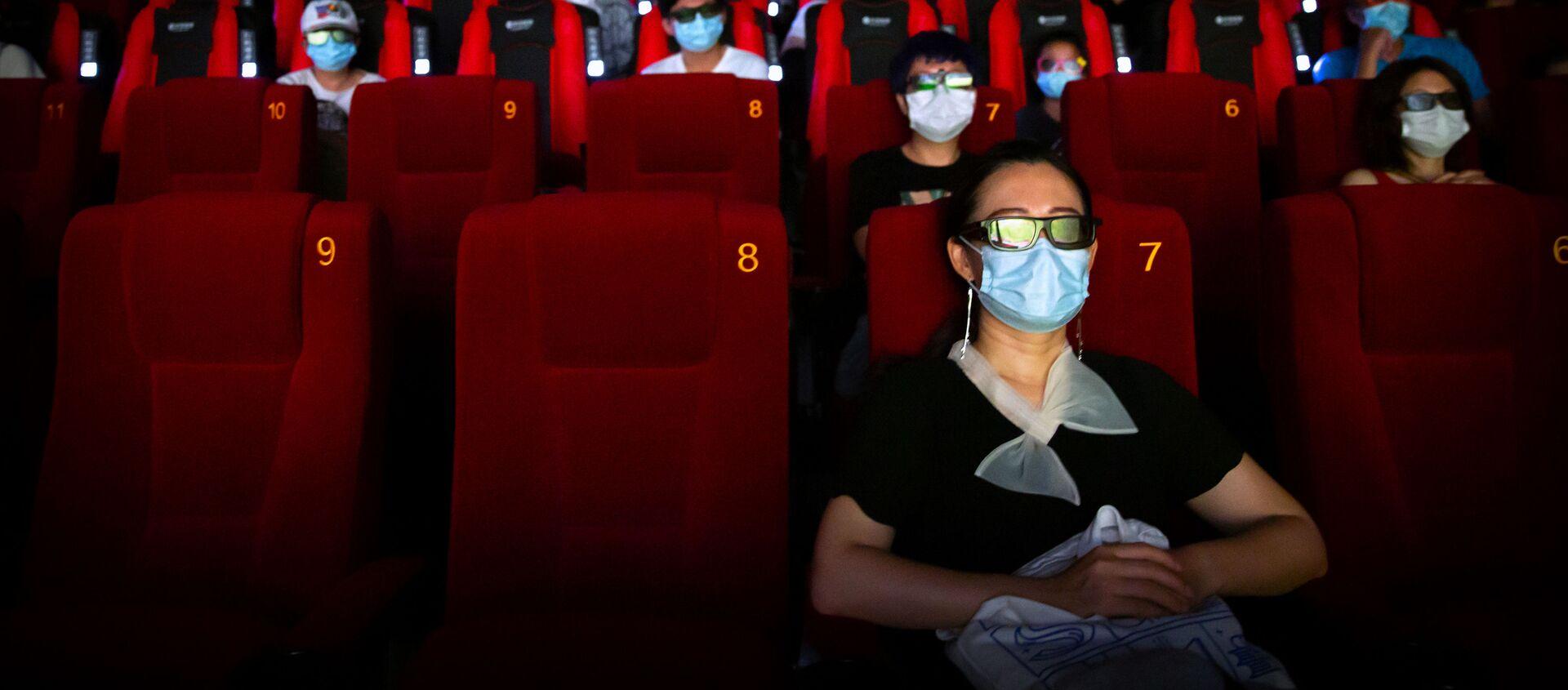 Khách đeo khẩu trang ở rạp chiếu phim Bắc Kinh, Trung Quốc. - Sputnik Việt Nam, 1920, 24.02.2021