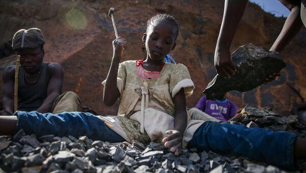 Cô bé làm việc tại mỏ đá ở Nairobi, Kenya - Sputnik Việt Nam
