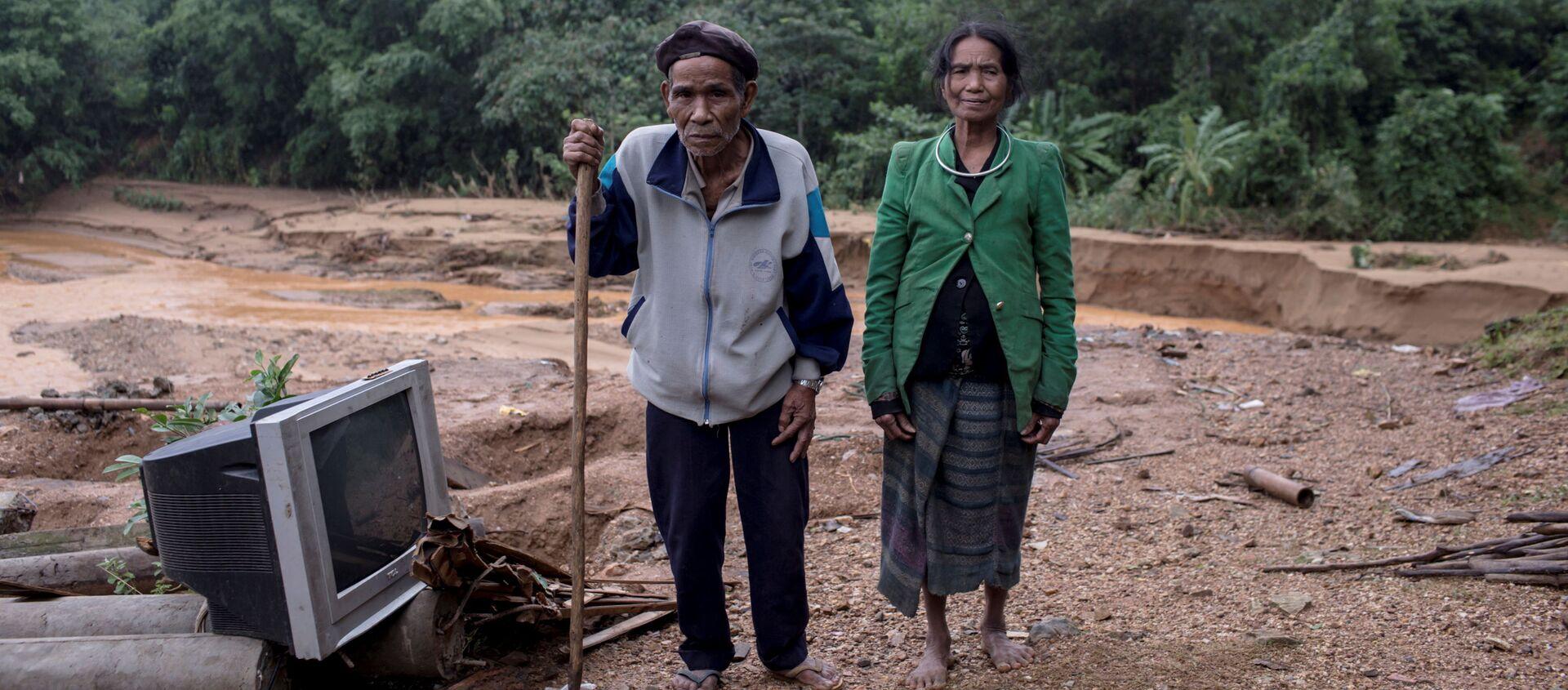 Người dân địa phương trước ngôi nhà của họ đã bị phá hủy do lở đất ở tỉnh Quảng Trị, Việt Nam - Sputnik Việt Nam, 1920, 23.10.2020