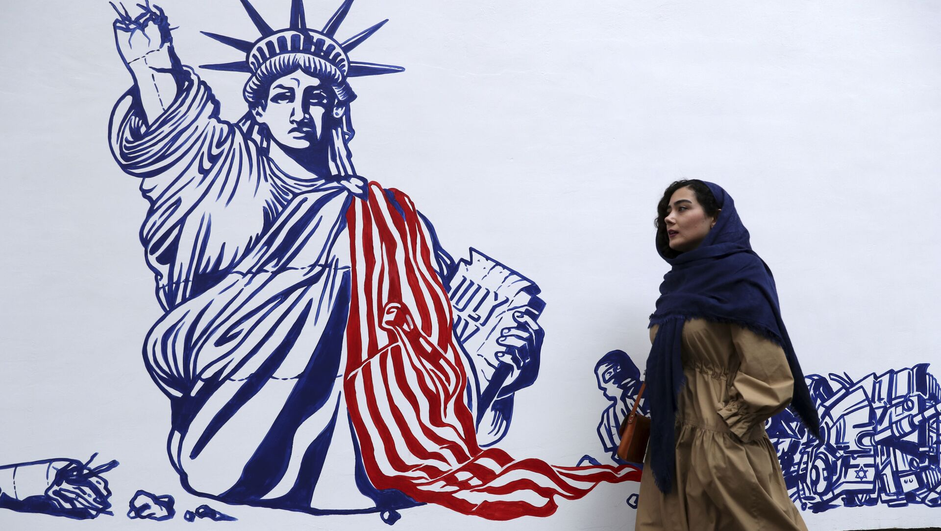 Người phụ nữ vẽ bậy trên tường của Đại sứ quán Mỹ ở Tehran trước đây - Sputnik Việt Nam, 1920, 02.05.2021