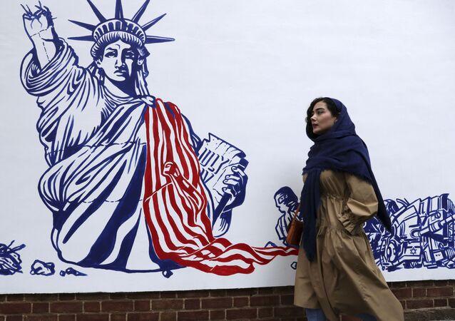 Người phụ nữ vẽ bậy trên tường của Đại sứ quán Mỹ ở Tehran trước đây