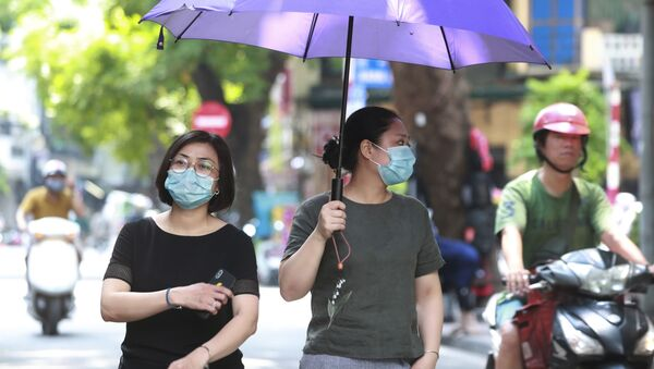Phụ nữ đeo khẩu trang ở Hà Nội - Sputnik Việt Nam