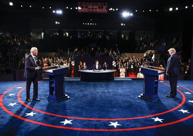 Ứng cử viên tổng thống Mỹ Joe Biden và Tổng thống Mỹ Donald Trump trong cuộc tranh luận cuối cùng.