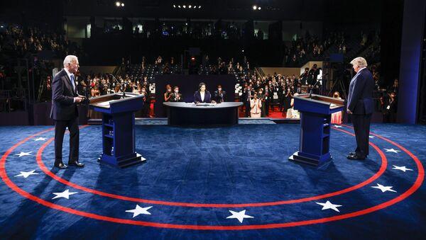 Ứng cử viên tổng thống Mỹ Joe Biden và Tổng thống Mỹ Donald Trump trong cuộc tranh luận cuối cùng. - Sputnik Việt Nam