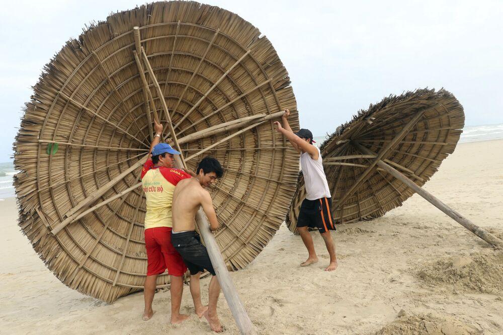 Dọn dẹp bãi biển trước bão «Molave» ở Việt Nam
