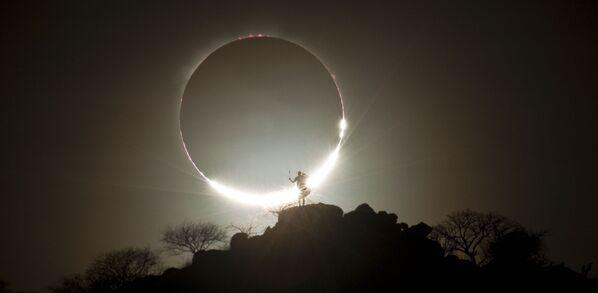 Nhật thực lai và Chiến binh Masai của nhiếp ảnh gia Đức Eugen Kamenew, giải nhất trong hạng mục Ảnh thiên nhiên / thiên văn tại International Photography Awards 2020 - Sputnik Việt Nam