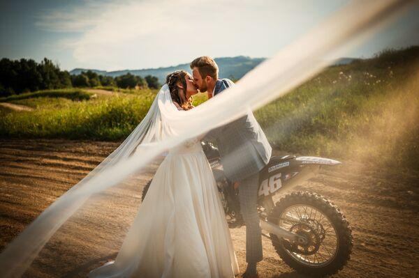 Bức ảnh Tình yêu của nhiếp ảnh gia Séc Vera Davidova, giải nhất chuyên gia trong hạng mục Người / Đám cưới của International Photography Awards 2020 - Sputnik Việt Nam