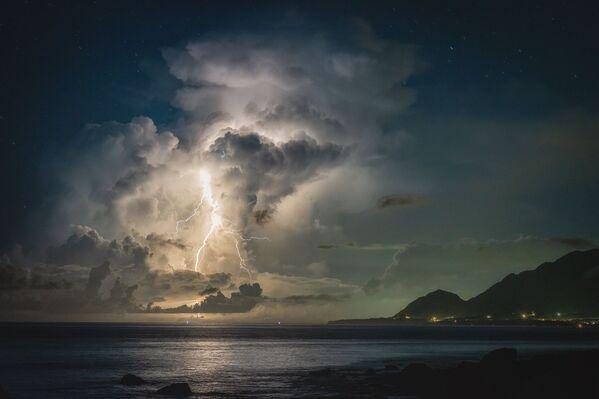 """""""Cơn bão đang tiến đến gần"""" của nhiếp ảnh gia Đài Loan Aaron Chuo, Nhiếp ảnh gia của năm ở hạng mục Special của nhiếp ảnh gia nghiệp dư tại International Photography Awards 2020 - Sputnik Việt Nam"""