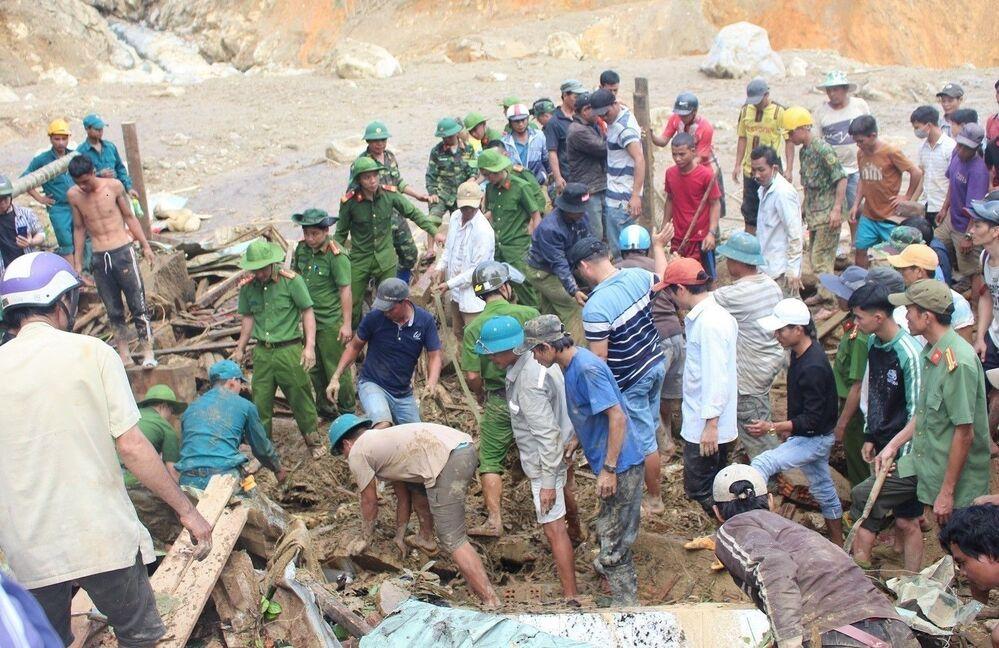 Lực lượng cứu hộ tìn kiếm tại chỗ khu vực sạt lở ở thôn 1, xã Trà Leng, Việt Nam