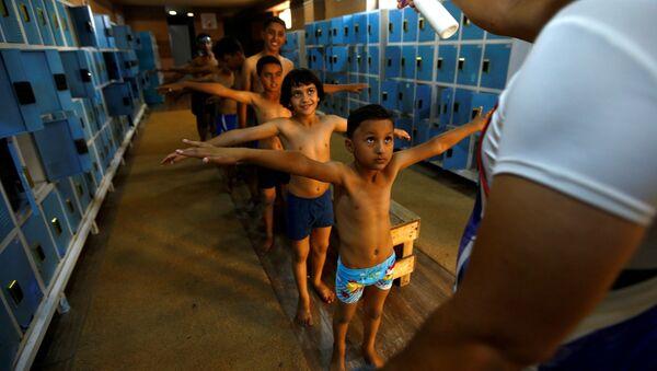 Khử trùng cho trẻ em trước khi tập bơi ở Karbala, Iraq - Sputnik Việt Nam