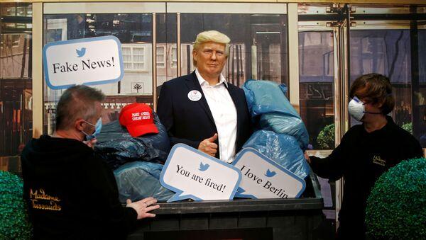 Tượng Tổng thống Mỹ Donald Trump trong thùng rác tại Bảo tàng tượng sáp Madame Tussaud ở Berlin. - Sputnik Việt Nam