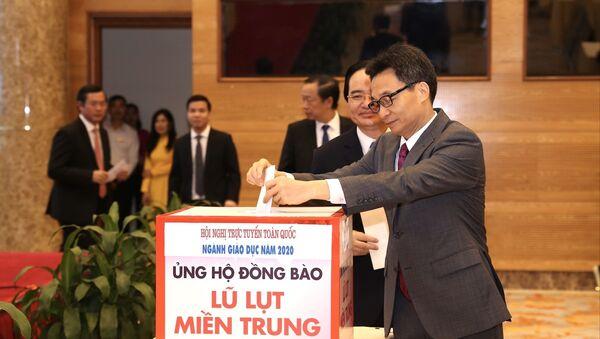 Phó Thủ tướng Vũ Đức Đam dự hội nghị tại điểm cầu Hà Nội và tham gia quyên góp ủng hộ đồng bào miền Trung khắc phục thiệt hại đợt lũ lụt vừa qua - Sputnik Việt Nam