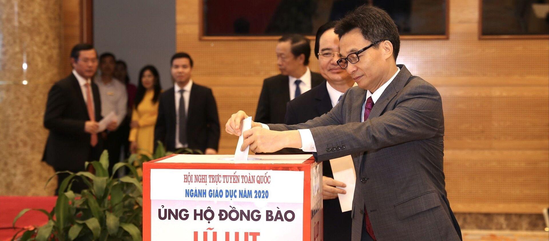 Phó Thủ tướng Vũ Đức Đam dự hội nghị tại điểm cầu Hà Nội và tham gia quyên góp ủng hộ đồng bào miền Trung khắc phục thiệt hại đợt lũ lụt vừa qua - Sputnik Việt Nam, 1920, 31.10.2020