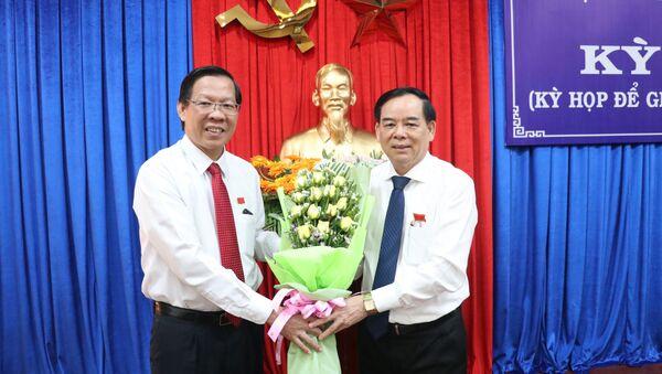 Bí thư Tỉnh ủy Bến Tre Phan Văn Mãi (bên trái) tặng hoa chúc mừng ông Trần Ngọc Tam được bầu giữ chức Chủ tịch UBND tỉnh Bến Tre, nhiệm kỳ 2016 - 2021 - Sputnik Việt Nam