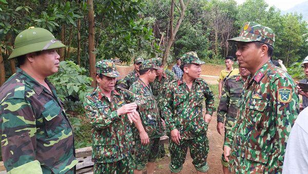 Lực lượng cứu hộ nỗ lực băng rừng Phước Lộc để tiếp cận xã Phước Sơn - Sputnik Việt Nam