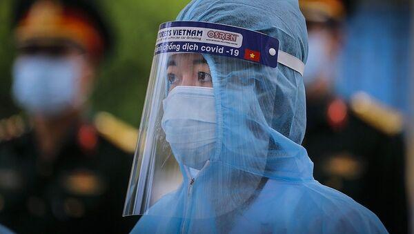Gương mặt kiên định của một bác sĩ Trung tâm Phòng chống bệnh tật tỉnh Hòa Bình trong buổi đón đoàn công dân về cách ly theo dõi COVID-19 - Sputnik Việt Nam