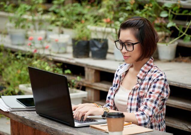 Cô gái bên máy tính.