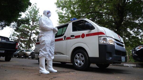 Bác sĩ mặc đồ bảo hộ gần xe cứu thương ở Nigeria. - Sputnik Việt Nam
