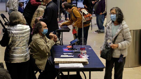 Cử tri bỏ phiếu sớm trong cuộc bầu cử tổng thống Mỹ tại Khu liên hợp thể thao Madison Square Garden ở New York. - Sputnik Việt Nam