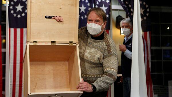 Thùng phiếu trống trước khi bắt đầu bỏ phiếu trong cuộc bầu cử tổng thống Hoa Kỳ - Sputnik Việt Nam