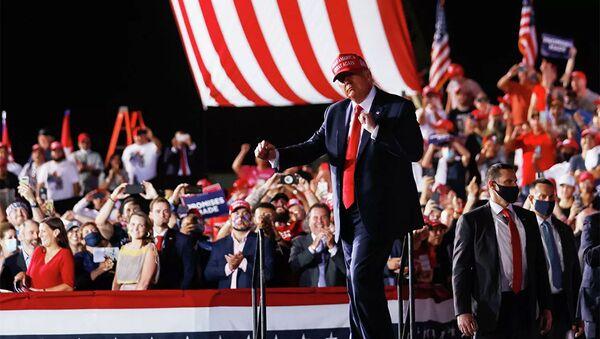 Tổng thống Hoa Kỳ Donald Trump trong một cuộc mít tinh tranh cử ở Opa Locke, Florida, Hoa Kỳ, ngày 2 tháng 11 năm 2020 - Sputnik Việt Nam