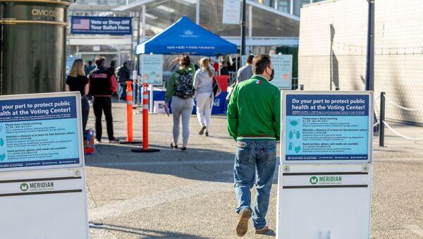 Một trong những điểm bỏ phiếu ở San Francisco vào ngày bầu cử tổng thống Mỹ. - Sputnik Việt Nam