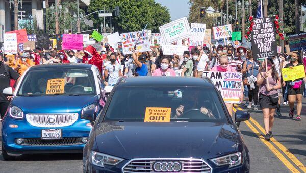 Người biểu tình trên đường phố ở Los Angeles. - Sputnik Việt Nam