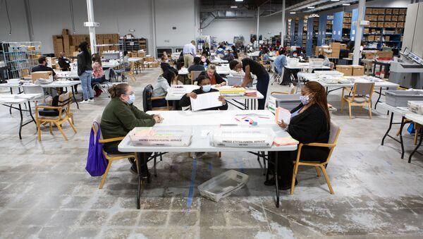 Các nhân viên ủy ban bầu cử ở Lawrenceville, Georgia. - Sputnik Việt Nam