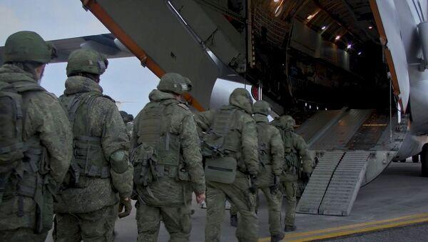 Vận chuyển thiết bị quân sự và đưa nhân viên lên máy bay vận tải quân sự hạng nặng Il-76 tại sân bay Ulyanovsk-Vostochny. - Sputnik Việt Nam