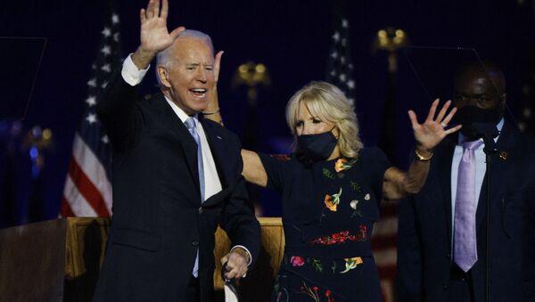 Ứng viên tổng thống Mỹ Joe Biden và vợ sau khi công bố kết quả bỏ phiếu. - Sputnik Việt Nam