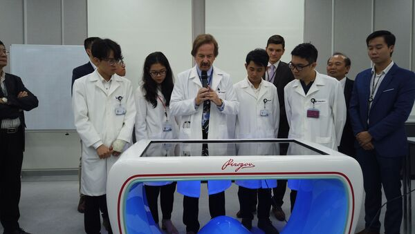 """VinUni đã được Nga bàn giao thiết bị đào tạo sinh viên chuyên ngành y độc đáo - """"Bàn giải phẫu tương tác Pirogov"""" - Sputnik Việt Nam"""