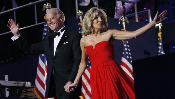Phó Tổng thống Hoa Kỳ Joe Biden và phu nhân Jill trong vũ hội Neighborhood Ball ở Washington, 2009 - Sputnik Việt Nam