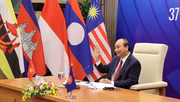 Thủ tướng Nguyễn Xuân Phúc, Chủ tịch ASEAN 2020 phát biểu tại Phiên toàn thể Hội nghị Cấp cao ASEAN lần thứ 37. - Sputnik Việt Nam