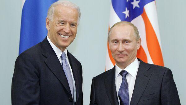 Cuộc gặp giữa thủ tướng Nga Vladimir Putin và phó tổng thống Hoa Kỳ Joe Biden, năm 2011  - Sputnik Việt Nam
