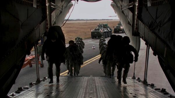 Chuyển quân nhân và thiết bị quân sự lên máy bay vận tải quân sự hạng nặng Il-76 tại sân bay Ulyanovsk-Vostochny - Sputnik Việt Nam